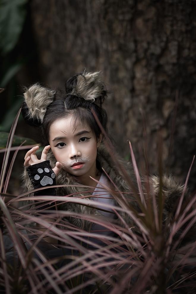 Trong buổi chụp ảnh, cô béVăn Gia Linhhào hứng khi được gặp gỡ các bạn thú ở cư ly gần nhất. Gia Linh diện bộ trang phục lấy cảm hứng từ một chú sói xám.