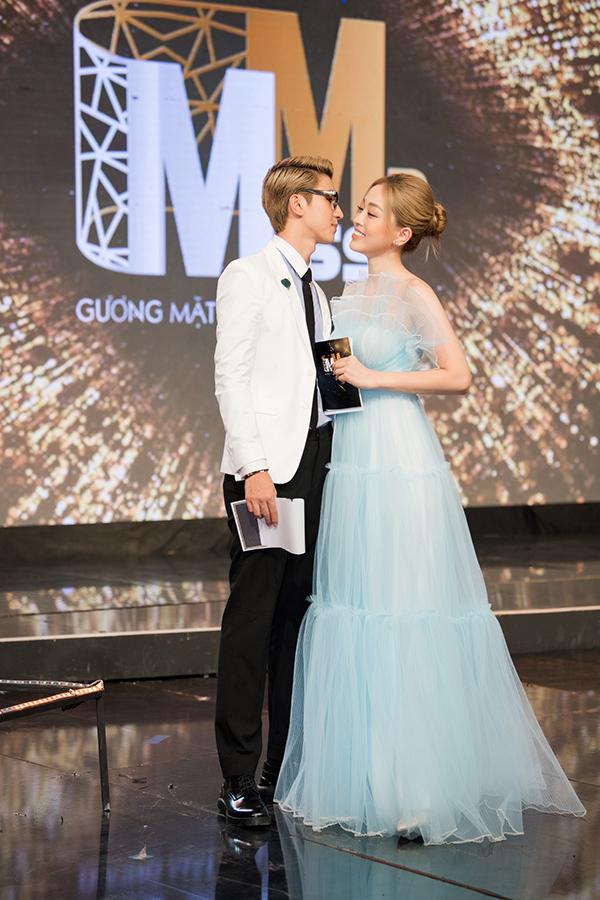 Cặp đôi đảm nhận vai trò MC của đêm chung kết.
