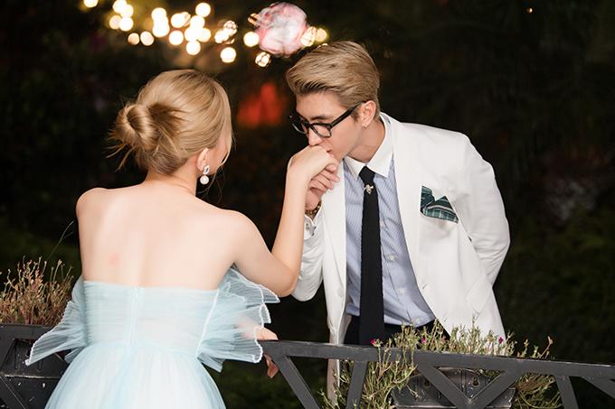 Cặp trai tài gái sắc không ngại trao cho nhau những cử chỉ tình tứ. Bình An còn hôn tay Phương Nga trước ống kính của báo giới.