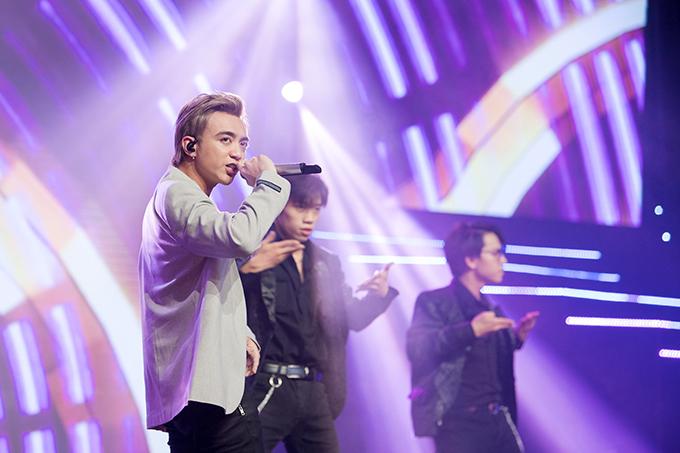Soobin Hoàng Sơn cũng tham gia chương trình với các tiết mục Đã đến lúc. Không chỉ biểu diễn, nam ca sĩ còn bày tỏ sựđồng cảm với những áp lực, lo lắng mà các thí sinh phải đối mặt trong đêm chung kết.