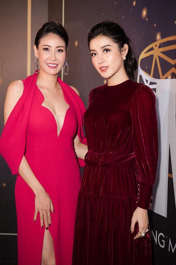 Ở tuổi 43, Hoa hậu Hà Kiều Anh vẫn nhận vô số lời khen về nhan sắc mặn mà, vóc dáng cân đối và ba vòng gợi cảm với bộ cánh trễ nải màu hồng. Trong khi đó, Huyền My tỏ ra giản dị hơn bình thường với váy áo kín đáo, làm tóc đơn giản và trang điểm nhạt.