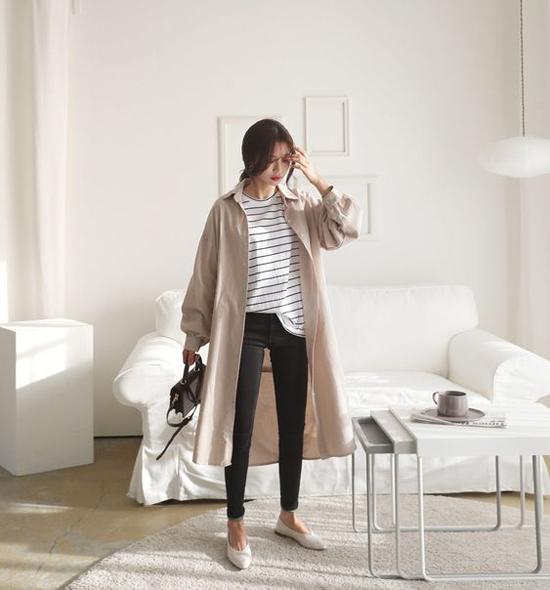 Áo khoác dáng dài thiết kế trên các chất liệu vải kaki, vải bố... là món đồ dễ mix-match cùng các kiểu váy midi, váy liền thân hay quần jeans nang động.