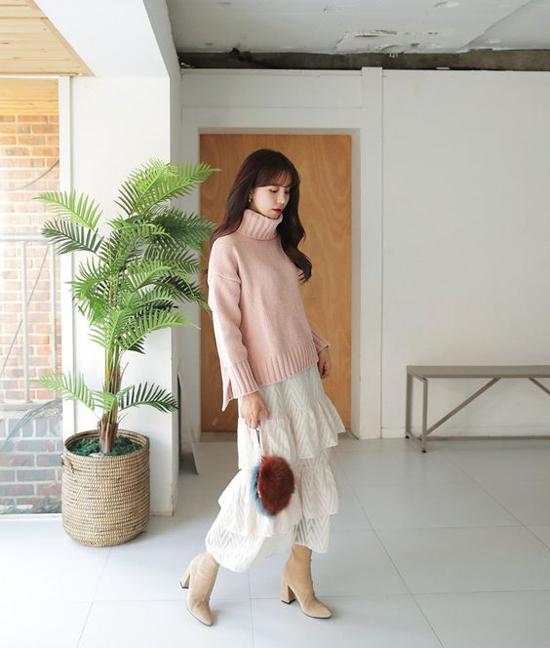 Để làm phong phú những set đồ đi làm vào mùa này, các nàng có thể chọn thêm trang phục thiết kế trên màu hồng nhạt, nâu nhạt, nâu nude để phối đồ.