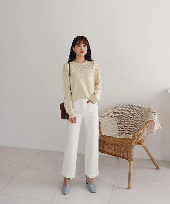 Áo len, quần jeasn là cách mix đồ mùa thu đơn giản và không khiến chị em công sở mất quá nhiều thời gian trong việc chọn lựa trang phục đi làm.