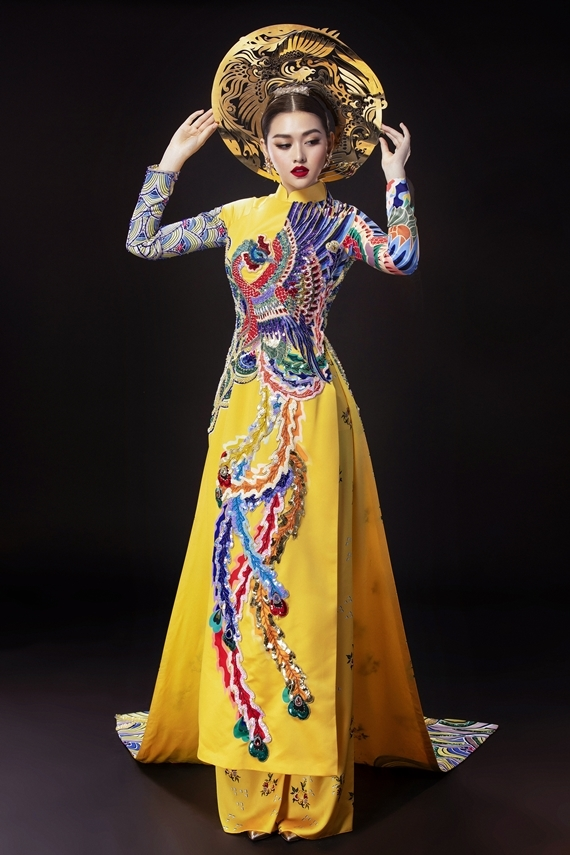 Tường San mang cả hai mẫu quốc phục đến Nhật Bản vì quá yêu thích. Cô nhờ khán giả chọn lựa giúp mình một thiết kế phù hợp, chuẩn bị cho phần thi trang phục dân tộc thuộc khuôn khổ Hoa hậu quốc tế 2019.