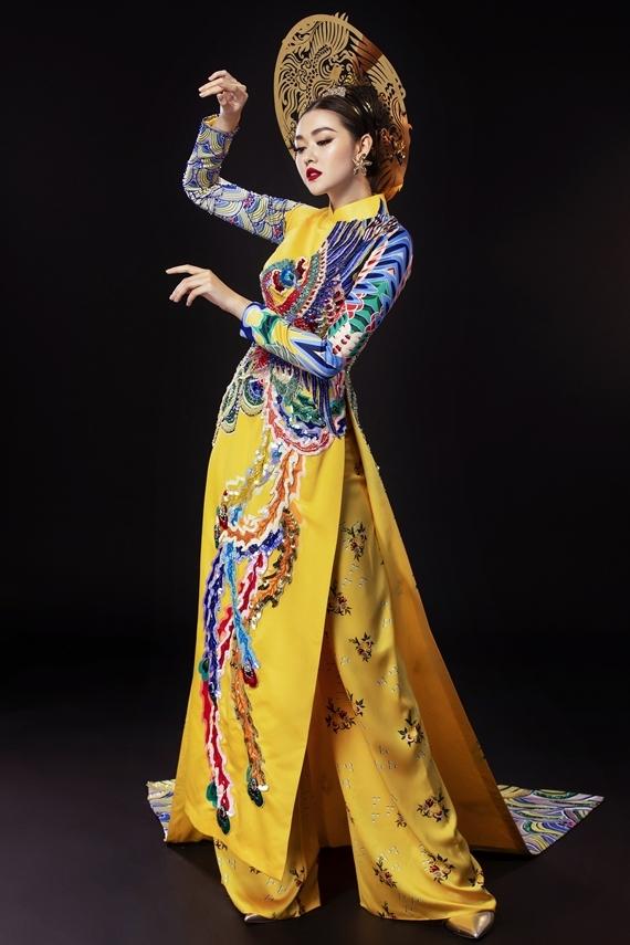 Nhà thiết kế Thủy Nguyễn mang đến trang phục được cách tân từ áo dài truyền thống, tà trước ngắn và tà sau dài làm nổi bật sự quyền lực, sang trọng.