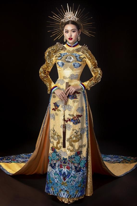 Bộ quốc phục Rồng chầu mặt trời là sáng tạo của nhà thiết kế Hồ Hoàng Ca Dao. Thiết kế lấy cảm hứng từ hình ảnh rồng chầu hướng về mặt trời trong kiến trúc người Việt, thể hiện khát vọng hướng về ánh sáng và những điều cao quý. Đây cũng là nét đặc trưng của rồng Việt Nam so với rồng của các nước khác.