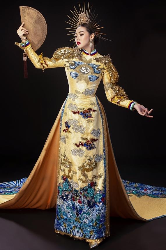 Tường San khoe nhan sắc 19 tuổi trong tà áo dài thêu hoa văn, kết hợp màu sắc mang đậm dấu ấn trang phục cung đình Huế.