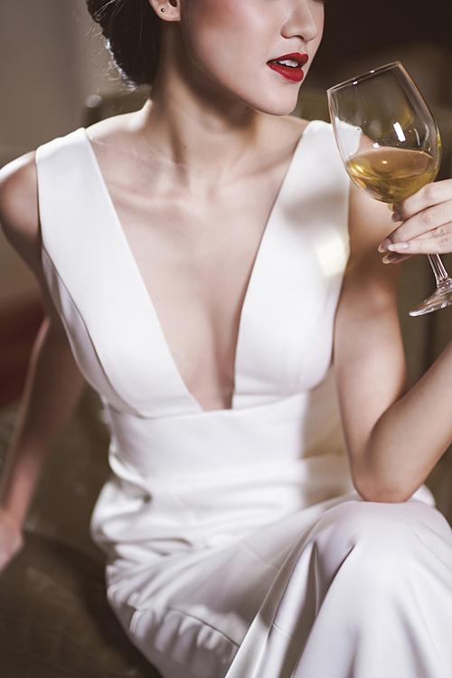 Đường kẻ eyeliner kéo dài, phấn mắt màu đồng, lông mày cong vút và đôi môi đỏ đậm là đặc trưng của minh tinh vạn người mê giai đoạn này - Audrey Hepburn.