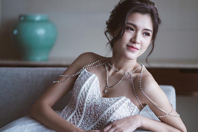 Cuối cùng là phong cách trang điểm cô dâu đương đại. Xu hướng hiện nay hướng đến vẻ mềm mại và tự nhiên, làn da sáng.