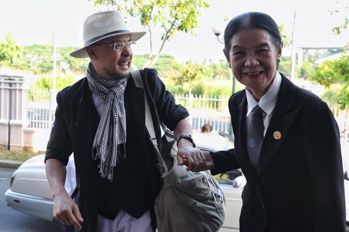 ÔngVũ bắt tay luật sư Trương Thị Hòa khi gặp ở tòa. Ảnh: Thành Nguyễn.