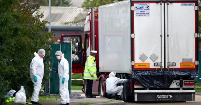 Xe container chở 39 thi thể tại Waterglade được khám xét tại hiện trường ngày 23/10. Ảnh: Reuters.
