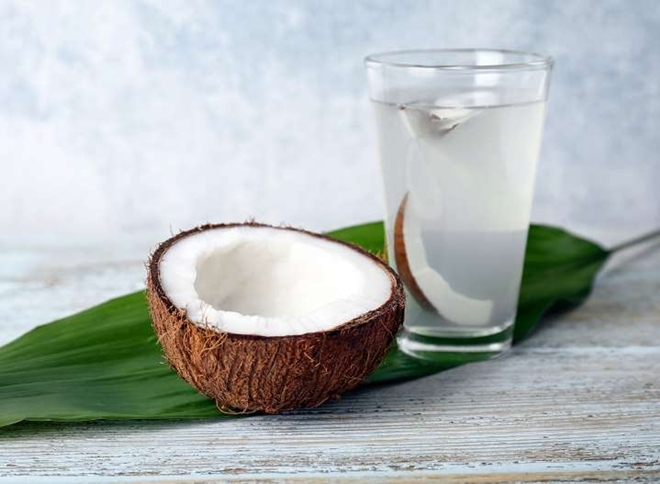 Nước dừa Nước dừa ít calo, giàu kali, là thức uống bù điện giải rất tốt cho cơ thể. Nước dừa cung cấp nguồn năng lượng tự nhiên cho cơ thể, tốt hơn các thức uống tăng lực bán sẵn.