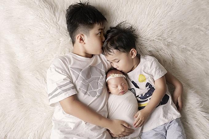 Cô con gái ngủ ngon khi cả gia đình thực hiện bộ ảnh. Kim Cương cho biết bé út rất ngoan nên cô chăm con không vất vả.