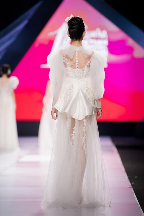 Lek Chi chia sẻ mặt lưng váy được chị chú trọng không kém mặt trước vì sẽ giúp cô dâu níu giữ ánh nhìn người đối diện ở mọi góc cạnh.