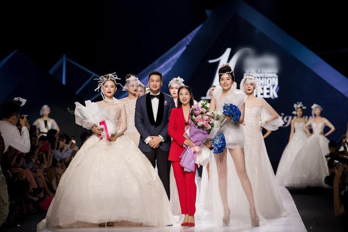 Trong buổi diễn, Phillip Nguyễn chăm chú theo dõi bạn gái sải bước trong bộ đồ cô dâu với tấm voan dài. Chàng thiếu gia còn tặng hoa để thay lời chúc mừng cho bạn gái ở cuối show diễn.