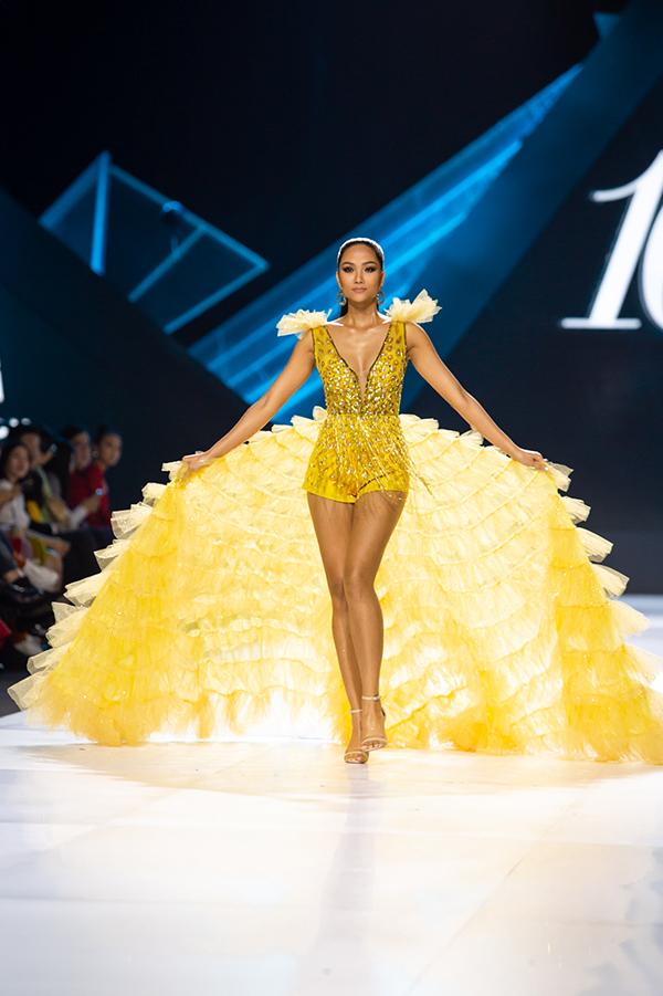 Buổi thứ 2 của Tuần lễ Thời trang Quốc tế Việt Nam 2019, HHen Niê giữ vai trò vedette trong bộ sưu tập Lucky Lover của nhà thiết kế Thảo Nguyễn. Top 5 Miss Universe 2018 tỏa sáng trong bộ bodysuit đính họa tiết cầu kỳ và đuôiváy dài thướt tha.