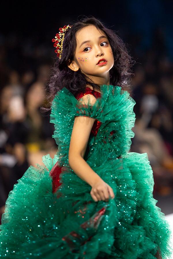 Ngoài những bạn nhỏ có hoàn cảnh khó khăn, show diễn còn có sự tham gia của một số mẫu nhí chuyên nghiệp. Sao nhí Chu Diệp Anh cũng tham gia trình diễn.