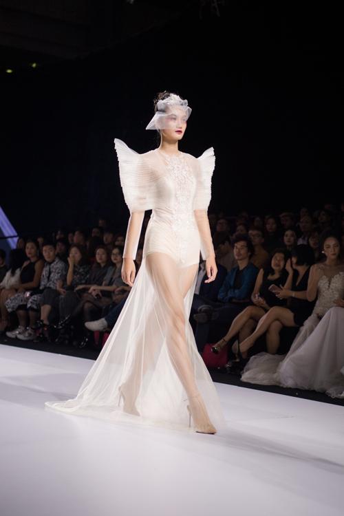 Jumpsuit cướigợi sự liên tưởng tới cánh bướm trong khu vườn hoa từ phần xếp nếp nơi tay áo, thể hiện vẻ cá tính, thời thượng của cô dâu hiện đại.