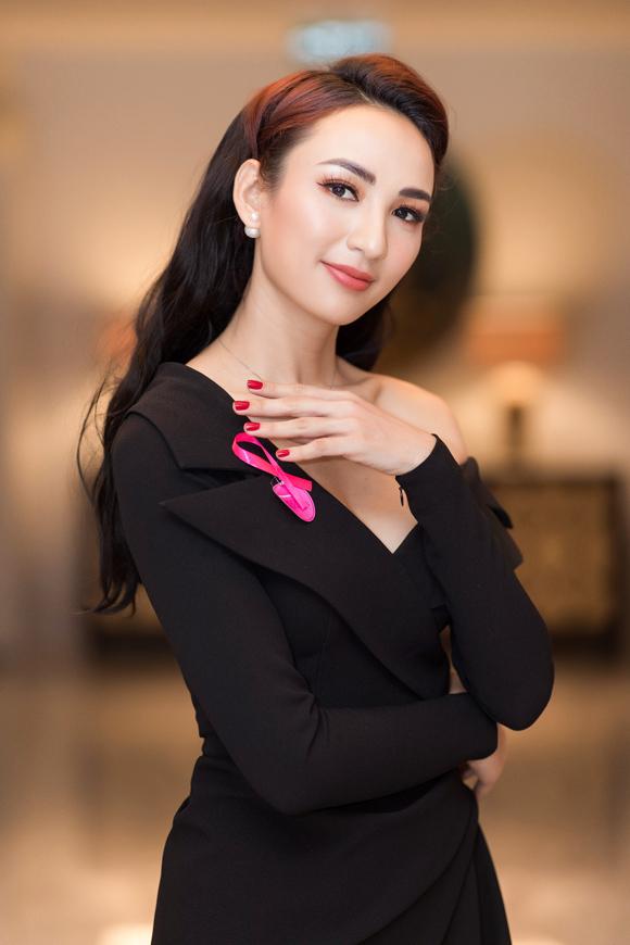Tham dự sự kiện dành cho các nữ doanh nhân gần đây, bà mẹ một con ghi điểm với mẫu đầm đen lệch vai do Lê Thanh Hòa thực hiện. Phom váy vest xếp nếp cách điệu, nhấn nhá khoảng hở chừng mực bên vai tạo nên vẻ ngoài   vừa sang trọng vừa quyến rũ.