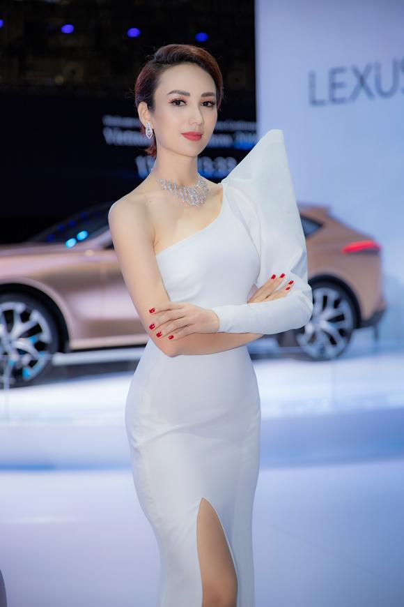 Trang phục trắng dựng khối 3D độc đáo của NTK Minh Tú giúp Hoa hậu Du lịch 2008 thêm cuốn hút giữa dàn mỹ nhân ở  sự kiện.