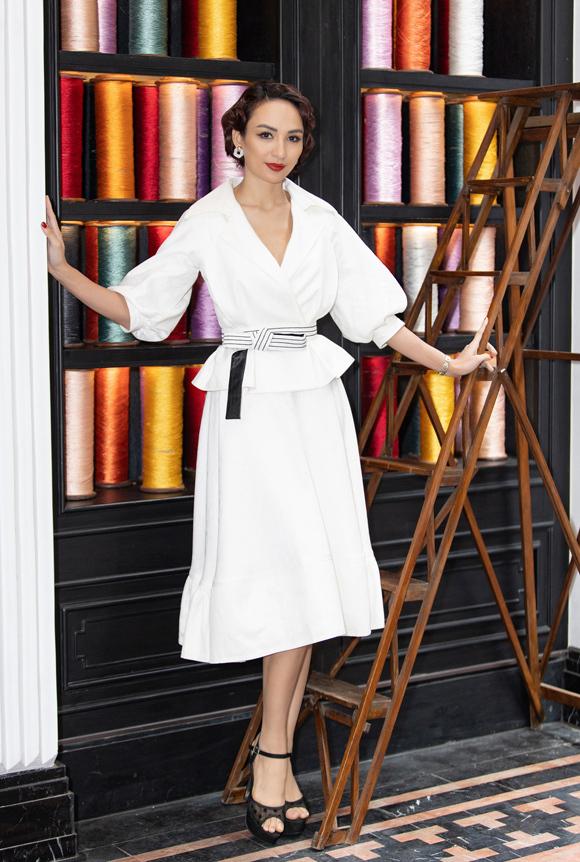 Lên Sa Pa ủng hộ show thời trang của NTK Lê Thanh Hòa, Ngọc Diễm vẫn chọn sắc trắng nhưng mang tinh thần cổ điển, yêu kiều.