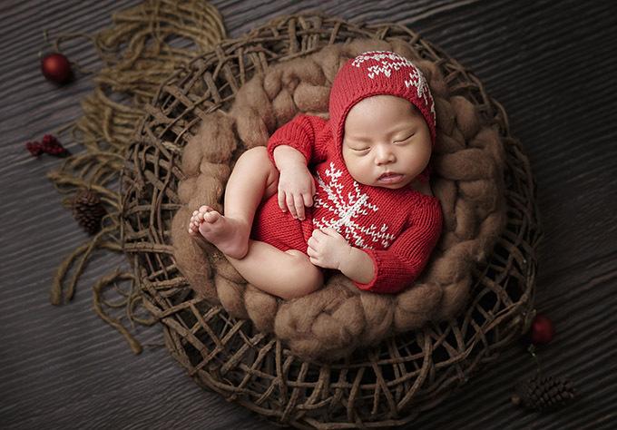Công chúa nhỏ đã được mẹ chuẩn bị quần áo để đón Giáng sinh đầu tiên.
