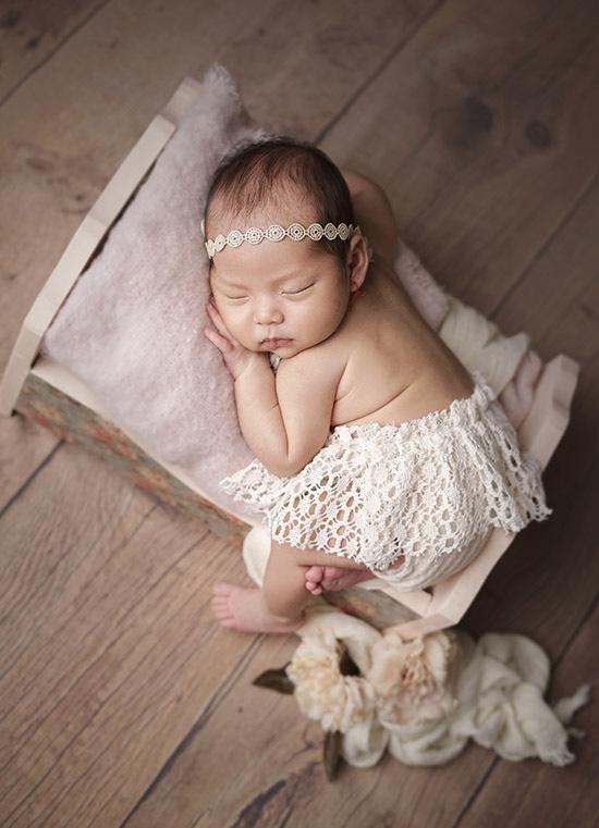 Bé được bố mẹ chuẩn bị nhiều váy áo, phụ kiện dễ thương để ghi lại khoảnh khắc đáng yêu từ những ngày đầu đời.