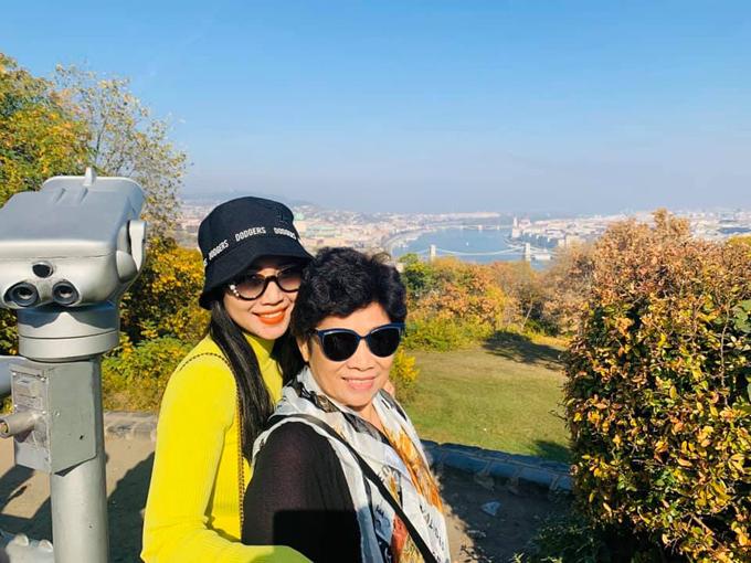 Tháng nào, Ốc Thanh Vân cũng lên đường du lịch. Lần này, cô dành riêng chuyến đi châu Âu để tặng mẹ:10 năm rồi con mới quay lại nơi này và mẹ cũng là 7 năm. Trong thời gian đó mình cũng đã đi nhiều nơi khác mẹ nhỉ, Mỹ, Australia, Nhật, Hàn Quốc. Năm nay, ngắm mùa thu châu Âu, năm sau con sẽ đưa mẹ quay lại Nga - nơi gia đình mình đã sống ngày xưa nhé. Con và em yêu mẹ. Hai mẹ con nữ diễn viên đứng trên thành Varr (Budapest,Hungary), ca xa là sông Danube.