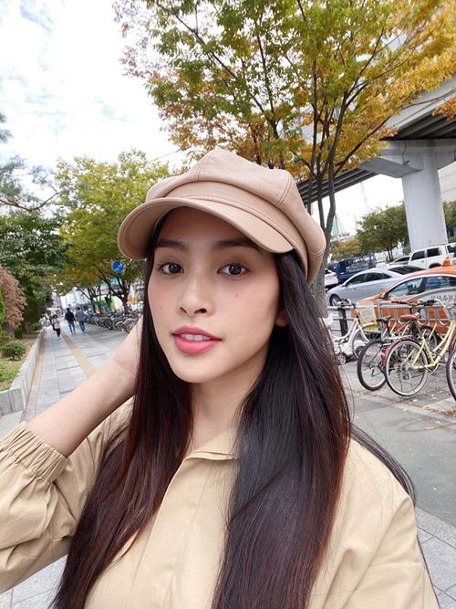 Hoa hậu Trần Tiểu Vy cùng nhóm bạn du lịch Seoul Hàn Quốc, thưởng thức món ăn ngon ở khu phố Myeongdong, trường đại học Konkuk. Người đẹp chụp hình dưới một tán cây chuẩn bị chuyển lá vàng trên đường phố.