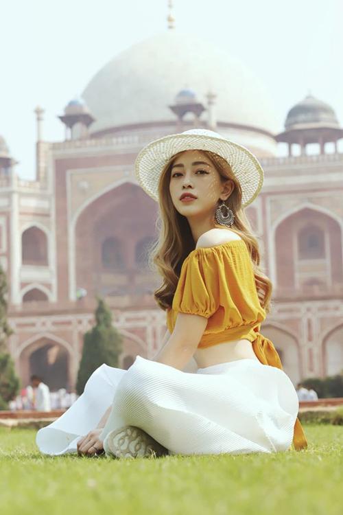 Á hậu Phương Nga vừa có chuyến du lịch kết hợp công tác ở Ấn Độ. Cô cho biết, vì thời gian không đủ nên không thể tham quan ngôi đền nổi tiếngTaj Mahalnhưng bù vào đó lại được đi thăm lăng mộ Humayun - một trong 10 lăng mộ đẹp nhất thế giới