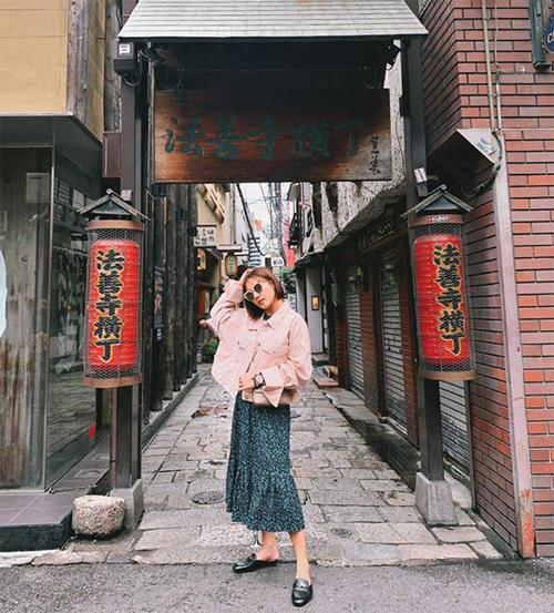 Gác lại ồn ào xung quanh chuyện kết hôn, Văn Mai Hương có chuyến du lịch Nhật Bản - địa điểm quen thuộc mà mỗi năm nữ ca sĩ đều lui tới vài lần. Cô thích thú vìthời tiết chiều lòng người thật sự.
