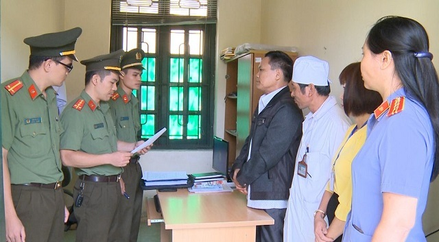 Cơ quan ANĐT Công an Thanh Hóa thi hành lệnh bắt tạm giam bị can Phan Văn Giỏi. Ảnh: Công an tỉnh Thanh Hóa