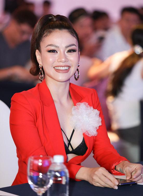 Hải Yến từng thi Vietnam Idol 2007 và có kinh nghiệm hơn 10 năm hoạt động trong làng giải trí.