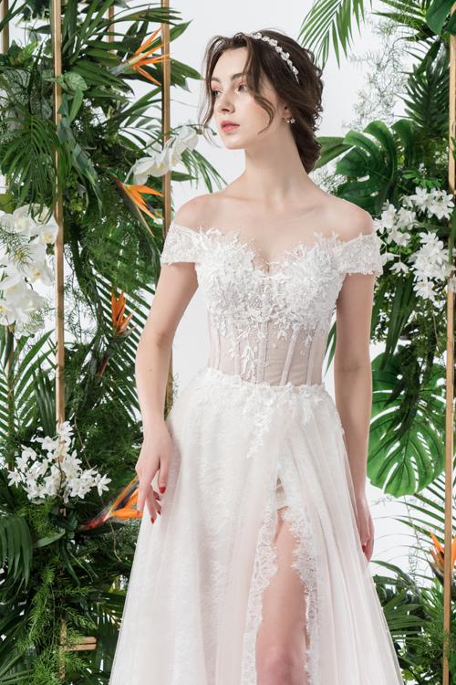 Tính thẩm mỹ trong thiết kế váy cưới hiện đại được đề cao nhờ việc không lạm dụng đính kết, đắp ren vừa phải, giúp nét đẹp của nàng dâu thêm thanh tú.