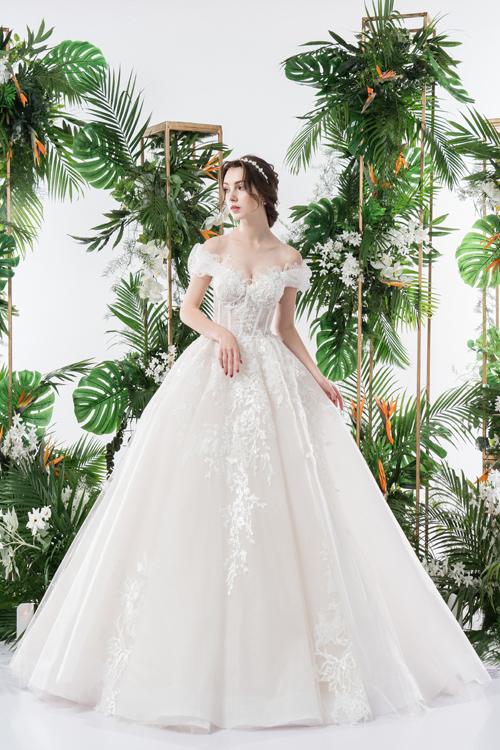 Dù mang phom dáng xòe nhưng bộ cánh vẫn đáp ứng tiêu chí của một váy cưới hiện đại là siêu nhẹ, không tạo cảm giác bức bí nhờ chất vải cao cấp.
