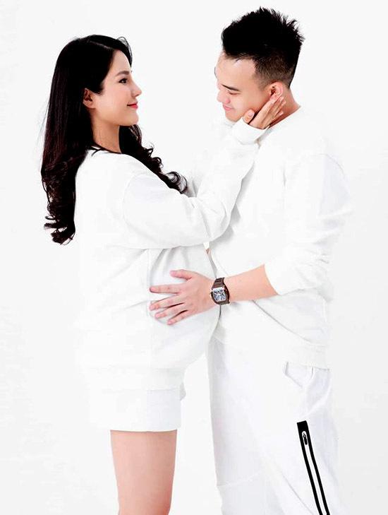 Vợ chồng Diệp Lâm Anh mãn nguyện vìsắp đón thành viên mới, hoàn thiện một gia đình đủ nếp và tẻ.