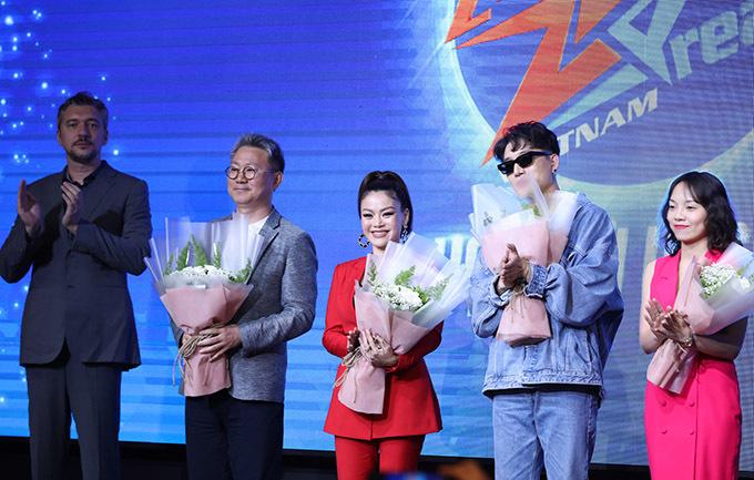 [CaptionZ-POP Dream là dự án tìm kiếm tài năng âm nhạc vòng quanh khu vực Châu Á hướng đến mục tiêu One Asia - kết nối toàn Châu Á bằng âm nhạc do Tập đoàn COZMIC xây dựng. Năm 2018, Z-POP Dream mùa 1 đã tạo ra cơn sốt trong khu vực với màn ra mắt ấn tượng của hai nhóm nhạc có 7 quốc tịch là Z-Boys và Z-Girls tại Hàn Quốc. Các MV như What you waiting for? (Z-Girls), No limit (Z-Boys), Streets of Gold (Z-Girls), Holla Holla (Z-Boys) liên tiếp thu hút sự quan tâm lớn của khán giả Châu Á. Hai thành viên người Việt là Roy (Z-Boys) và Quin (Z-Girls) cũng tạo ra sức ảnh hưởng không nhỏ.  Tiếp nối thành công này, Tập đoàn COZMIC đã khởi động dự án Z-POP Dream mùa 2 tại 7 quốc gia Châu Á. Hợp tác với POPS, vòng Tuyển sinh tại Việt Nam của chương trình năm nay được tổ chức dưới dạng chương trình truyền hình thực tế. Đồng hành cùng các thí sinh tại Việt Nam trong mùa 2 là dàn giám hàng đầu Vpop như: ca sĩ Trúc Nhân, nhạc sĩ Châu Đăng Khoa, ca sĩ Bảo Anh, ca sĩ Nguyễn Hải Yến... và các vị cố vấn chuyên môn người Hàn Quốc thuộc Tập đoàn COZMIC. Tổng giải thưởng của cuộc thi lên đến 20 tỷ đồng. Quán quân gồm 1 nam và 1 nữ sẽ lên đường tham gia huấn luyện tại Hàn Quốc và Top 5 thí sinh có thứ hạng cao nhất sẽ có cơ hội giành được hợp đồng hợp tác độc quyền với Tập đoàn COZMIC hoặc POPS trong vòng 5 năm tại thị trường Việt Nam. Khởi động từ tháng 7/2019, cuộc thi đã ghi hình xong 5 vòng thi vào đầu tháng 10 vừa qua và sẽ chính thức ra mắt khán giả kênh truyền hình Today TV, kênh YouTV và kênh Youtube POPS Music bắt đầu từ ngày 02/11/2019.  (Hình 2)      (Hình 3)  Đại diện Tập đoàn COZMIC – đơn vị sáng tạo nên dự án Z-POP Dream, ông Jun Kang chia sẻ thêm  Đại diện tập đoàn COZMIC, ông Jun Kang cho biết, mỗi thành viên tham gia dự án Z-POP Dream được xem là đại diện của mỗi quốc gia. Sau khi vượt qua các cuộc tuyển chọn tại 7 quốc gia, họ sẽ đến Hàn Quốc tham gia quá trình huấn luyện chuyên nghiệp, dự kiến bắt đầu vào tháng 01/2020. Sau đó, các bạn sẽ thực hiện những sản phẩm âm nhạ