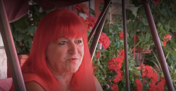 Bà Rebernik ngồi trong khu vườn với xích đu và những bông hoa màu đỏ của mình ở thị trấn Breze, Bosnia. Ảnh: N1 TV.