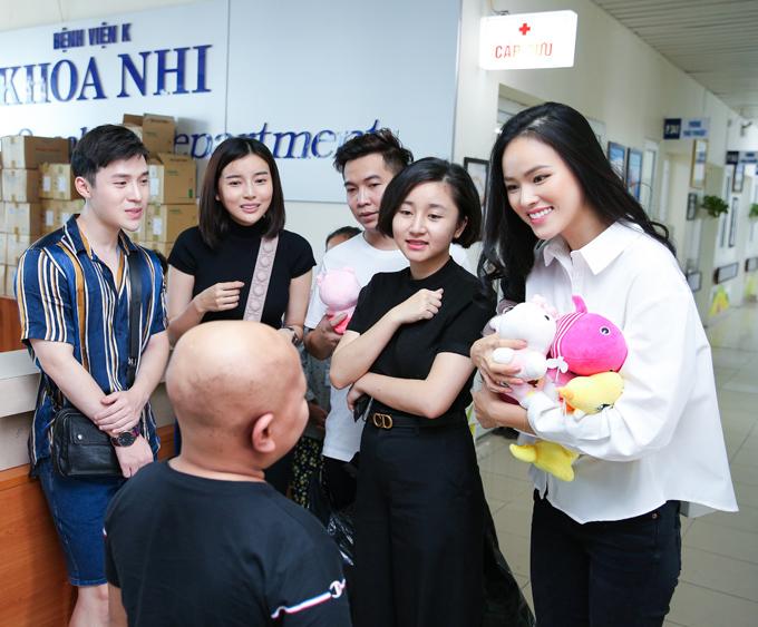 Mợ Hai Cao Thái Hà (thứ hai từ trái qua), NTK Ivan Trần (áo thun trắng) và chân dài Tuyết Lan (bìa phải) cùng mặc đồ giản dị khi xuất hiện tại bệnh viện K, Hà Nội.