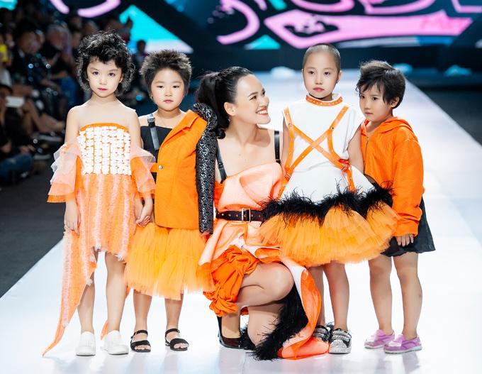 Trước đó, tối 30/10, Tuyết Lan đảm nhận vị trí vedette cho màn trình diễn bộ sưu tập mới của NTK Ivan Trần trong khuôn khổ Tuần lễ thời trang quốc tế Việt Nam. Côdìu một số bé gái mắc bệnh hiểm nghèo catwalk.