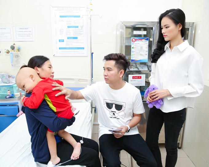 Nhờ sự đồng lòng của mọi người, nam thiết kế đã kêu gọi được số tiền 30 triệu đồng để ủng hộ bé Thảo bị ung thư tuỷ đang nằm điều trị tại viện K.