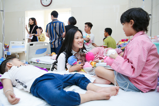 Bên cạnh đó, với chuyến thăm này, Cao Thái Hà chi tiền mua đồ ủng hộ các bé, trong khi Tuyết Lan tự tay lựa những món quà dễ thương dành tặng các em.