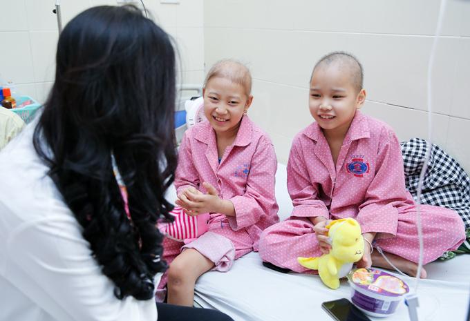 Tuyết Lan cũng dành nhiều thời gian trò chuyện, chia sẻ với bệnh nhi và người nhà.