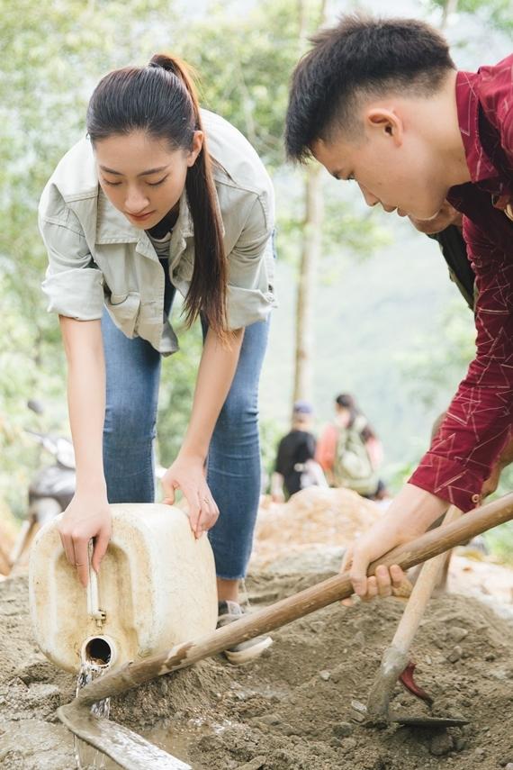 Lương Thuỳ Linh không ngại lấm lem, cùng người dân và bộ đội địa phương tham gia vào các giai đoạn thi công khác như: nghiền đá, xúc đất, trộn vữa...