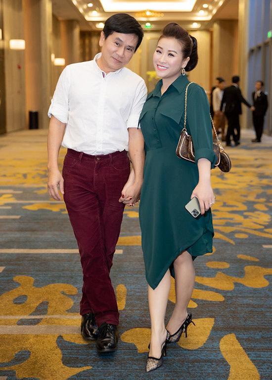 Vợ chồng nghệ sĩ hài Kiều Linh - Mai Sơn tình tứ nắm tay nhau không rời.
