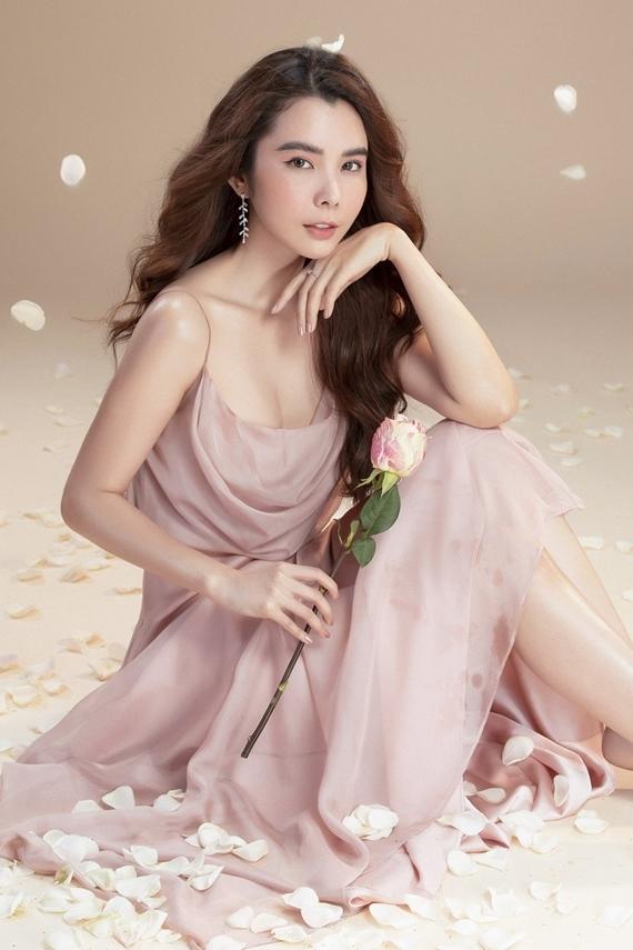 Huỳnh Vy khoe nhan sắc trong mẫu váy hai dây cắt may từ chất liệu bay bổng.