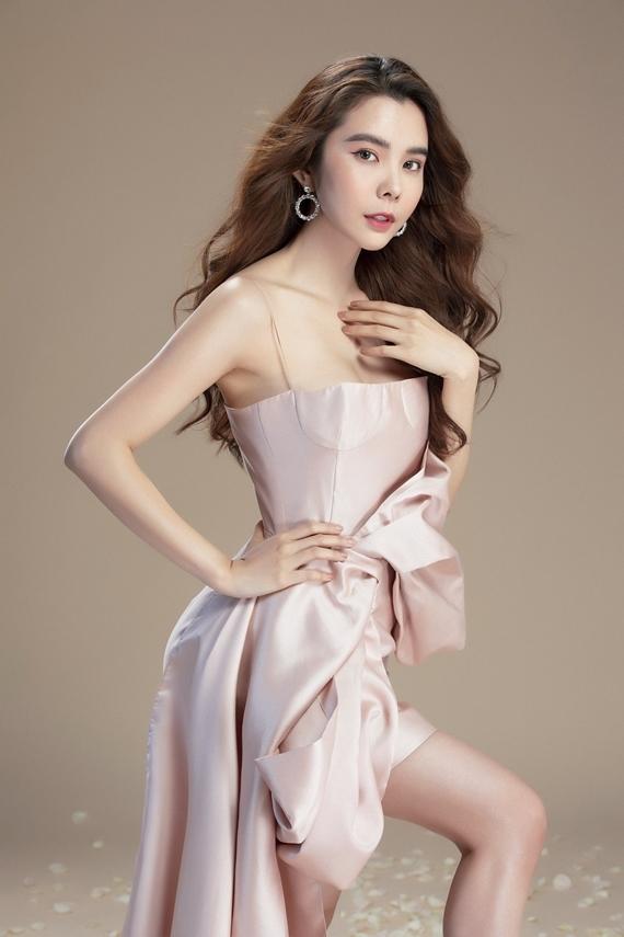 Thiết kế vai trần tôn vẻ gợi cảm cho Hoa hậu Du lịch Thế giới 2018.