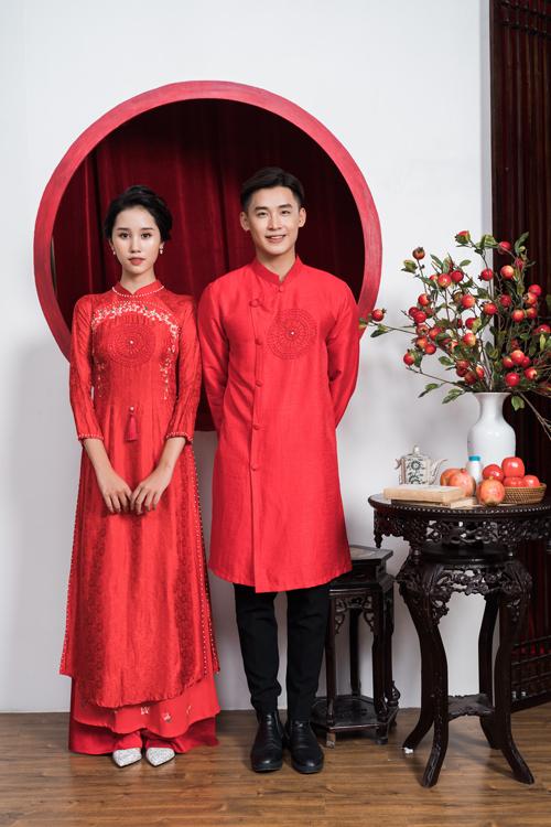 Áo dài đôi có họa tiết thêu tay đồng điệu là hình tròn, thể hiện sự tuần hoàn của tình yêu, không bao giờ có điểm kết thúc.
