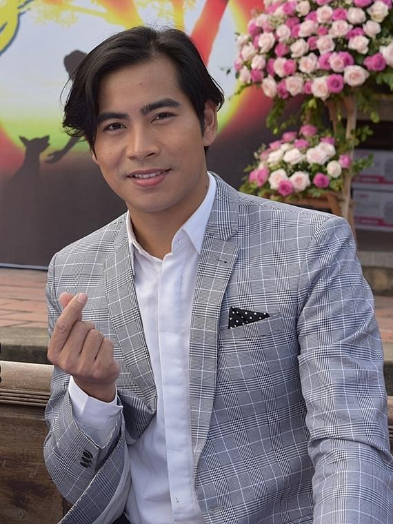 Thanh Bình (phải) cũng bận rộn với công việc diễn xuất. Mới đây, anh gây chú ý với vai diễn Lê Văn trong phim Cậu Vàng.